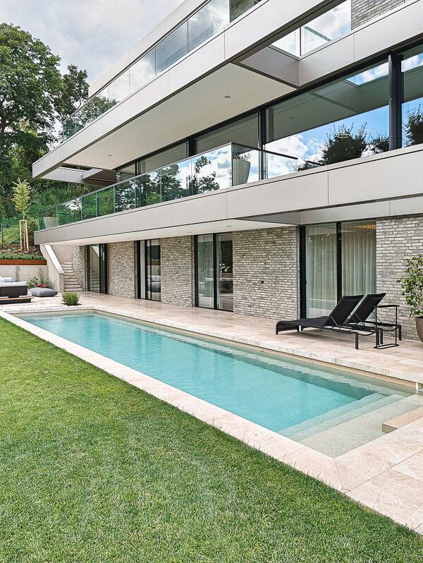 Luxus Naturstein-Terrasse mit Swimming Pool