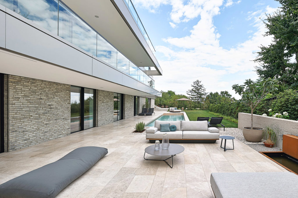 Luxus-Terrasse mit Naturstein in Wien