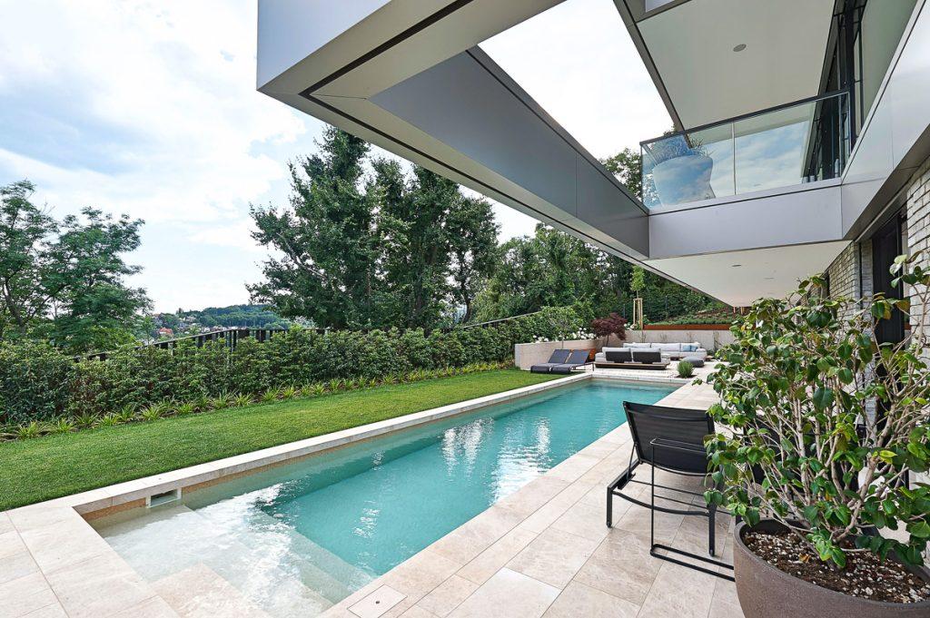 Luxus-Pool mit Naturstein in Wien