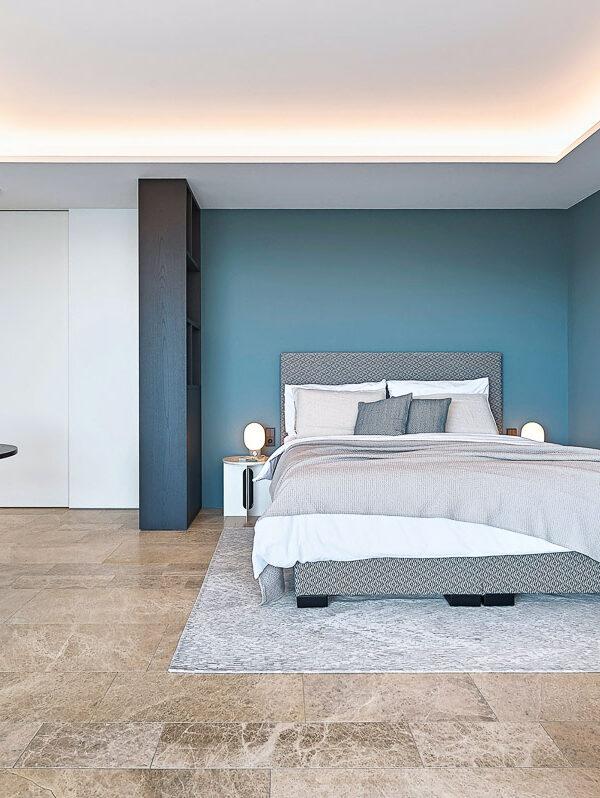 Schlafzimmer mit Natursteinboden