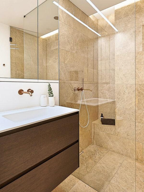 Badezimmer mit Dusche aus Naturstein